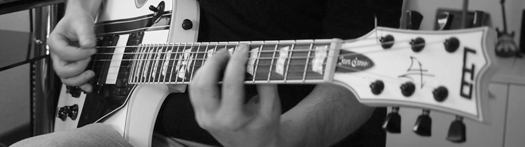 Foto von Tobias Langhein beim Gitarrenspiel