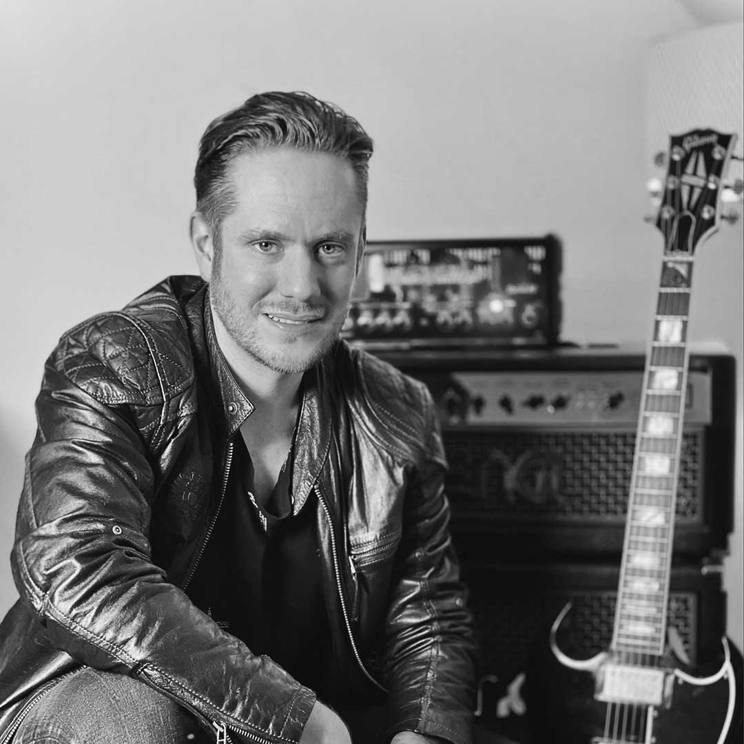 Foto Tobias Langhein mit Gitarre